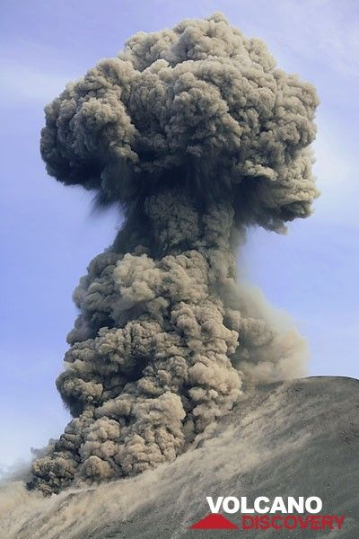 Mushroom cloud after a vulcanian-style eruption. (c)