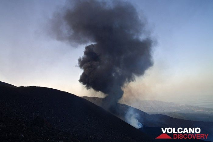 ash cloud after an explosion at the fissure eruption above Valle del Bove in May 2008 (Photo: Tobias Schorr)