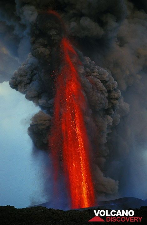 A magnificient moment of the lava fountain. This photo was also featured in National Geographic's article about Etna (Feb 2002 issue). (Photo: Tom Pfeiffer)