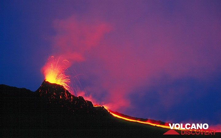 Erupting hornito and a small lava flow. (Photo: Tom Pfeiffer)