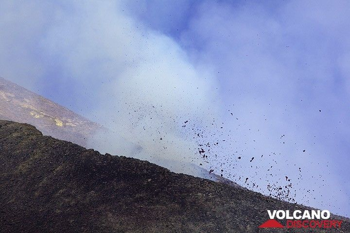 At around 11 am, weak strombolian activity can be seen and heard from 2 vents inside the pit crater. This is the foreplay of the eruption to come. (Photo: Tom Pfeiffer)