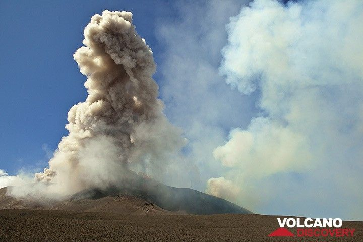 A powerful ash explosion from Bocca Nuova sends a huge ash cloud drifting over the SE crater. (Photo: Tom Pfeiffer)