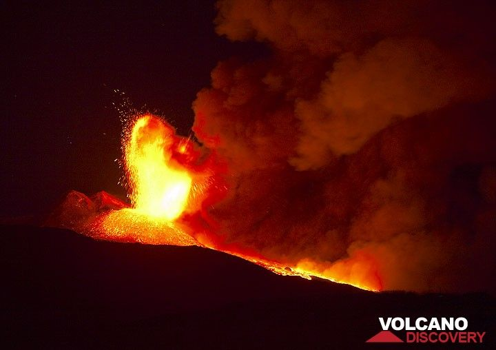 At the time we arrive on the scene, the lava fountains start to rise sharply, reaching 3-500 m and feeding the advancing lava flow. The dense column of ash is blown to the east. (Photo: Tom Pfeiffer)