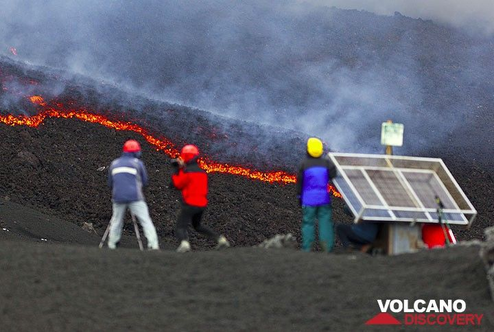 Les observateurs Lava observant les coulées de lave. (Photo: Tom Pfeiffer)