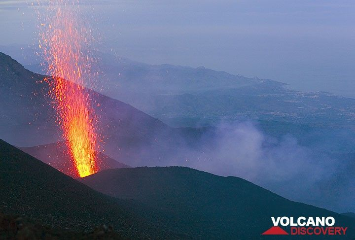 Fountain-like strombolian eruption from the active vent on the evening of May 23 2008. (Photo: Tom Pfeiffer)