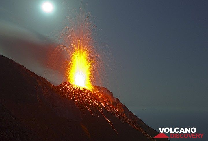 Éruption avec la pleine lune (Photo: Tom Pfeiffer)