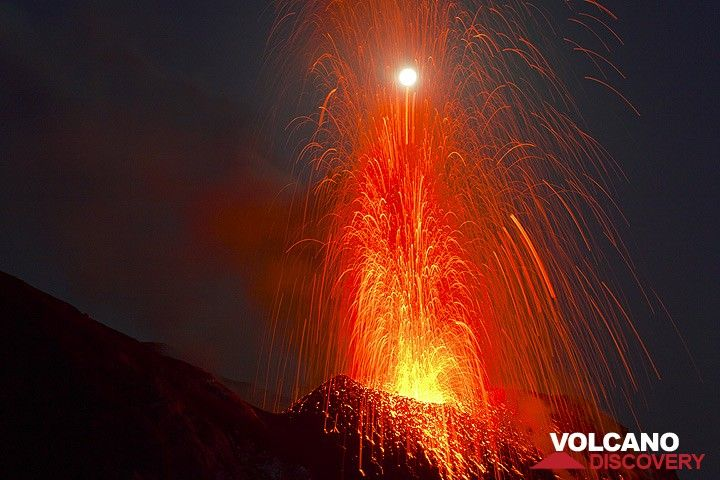 Eruption at Stromboli volcano hitting the moon... (Photo: Tom Pfeiffer)