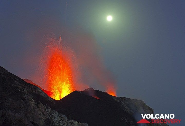 Eruption aus dem NW Krater und der Vollmond (Photo: Tom Pfeiffer)