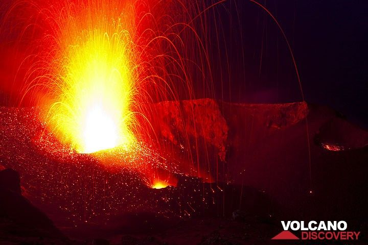 Strong eruption from NW vent at night; lava bombs fall all over the crater terrace. (Photo: Tom Pfeiffer)