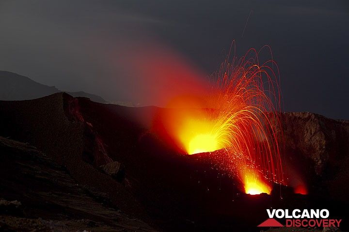 Most eruptions from the NW crater were only small or medium in size, throwing blocks to 50-100 m above the vent. On July 7, the central vents were only glowing. (Photo: Tom Pfeiffer)