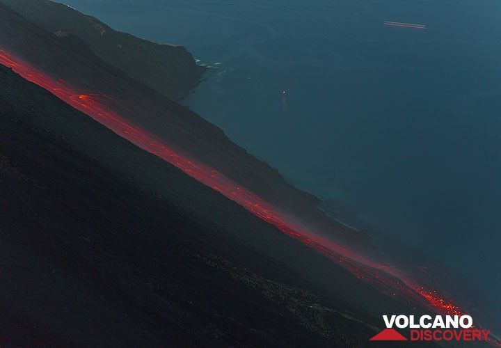 Trails of glowing bombs rolling down the Sciara del Fuoco after a strong explosion from the NE crater. (Photo: Tom Pfeiffer)