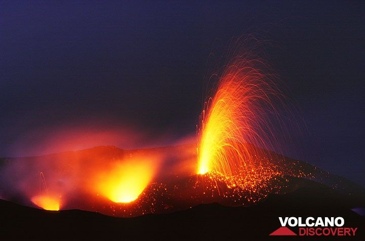 Bright eruption from Stromboli (Jan 2006) (Photo: Tom Pfeiffer)