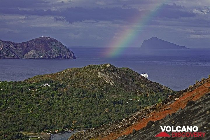 The rainbow is still there over Vulcanello, a small island that appeared in Roman times and was later joined with Vulcano island. (Photo: Tom Pfeiffer)