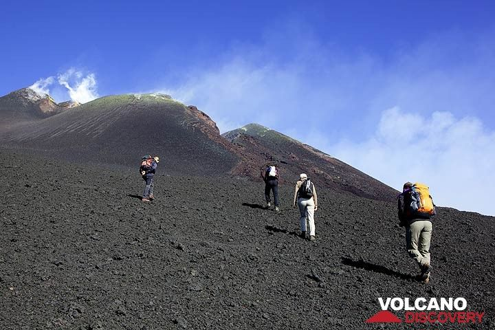 No eruption being imminent, we approach the cone carefully for a short time only. (Photo: Tom Pfeiffer)