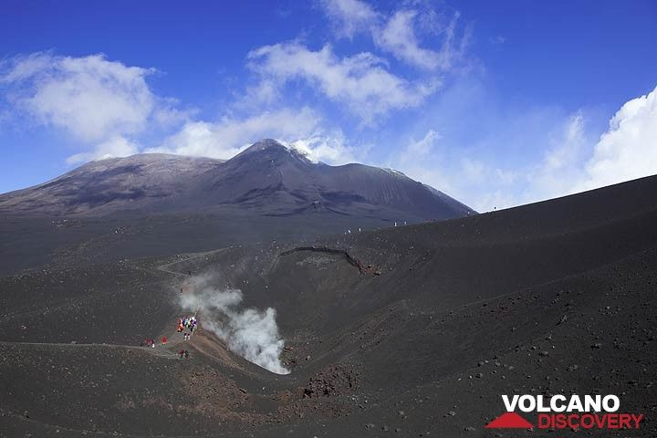 The vent inside the upper crater is still emitting hot steam - it will take many years before the dike inside the crater that once fed the spectacular 2002-2003 flank eruption has cooled down completely. (Photo: Tom Pfeiffer)