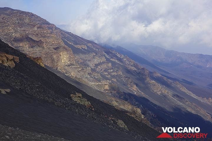 View onto the eastern headwall of Valle del Bove, 1000 m tall. Old layers of lavas cut by the cliff, and ancient dikes are visible in the wall, telling the story of past eruptions of a volcano preceding present-day Etna. (Photo: Tom Pfeiffer)