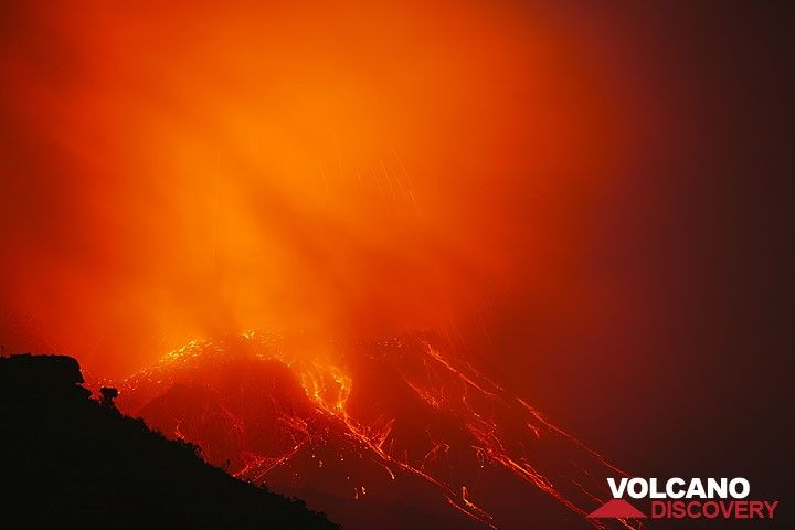 Eine rot angeleuchtete Wolke umhllt den Krater des Stromboli whrend eines Ausbruchs (Photo: Tom Pfeiffer)