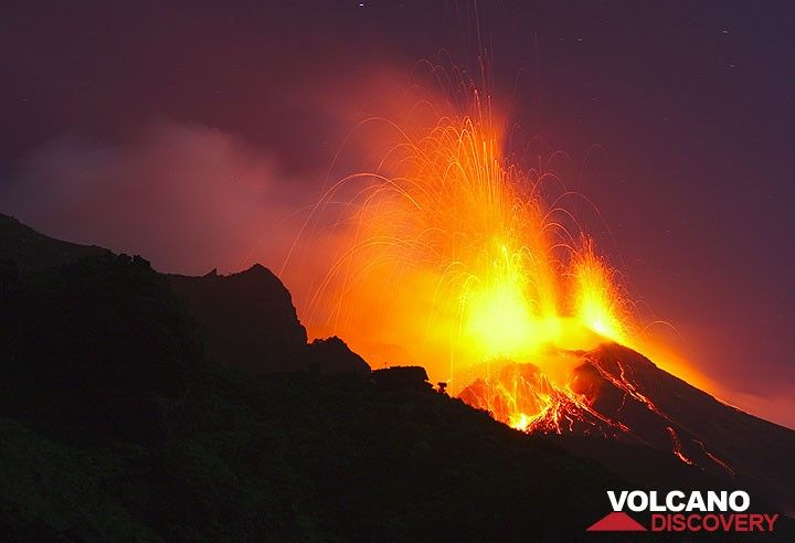 Strong activity from Stromboli volcano in April 2009 (Photo: Tom Pfeiffer)