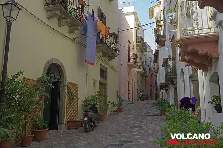 Street in the old town of Lipari (Photo: Tom Pfeiffer)