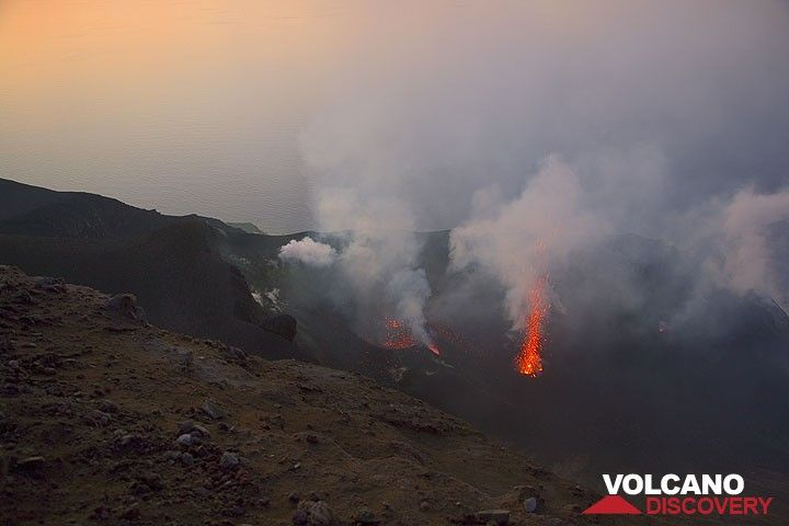 A small eruption takes place in the central crater. (Photo: Tom Pfeiffer)