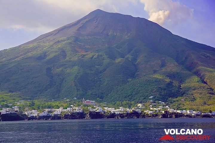 Picita and the Stromboli mountain (Photo: Tom Pfeiffer)