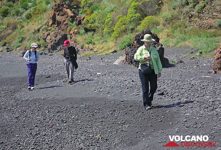 A stroll on the black sand beach (Photo: Tom Pfeiffer)