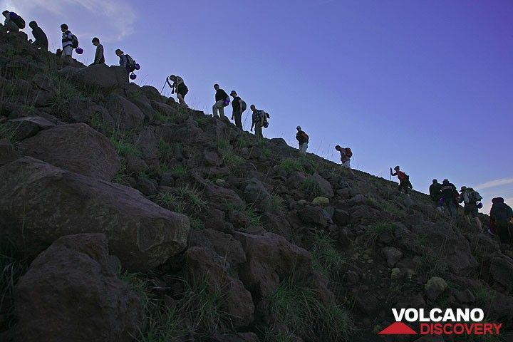 A group climbing Stromboli volcano (Photo: Tom Pfeiffer)