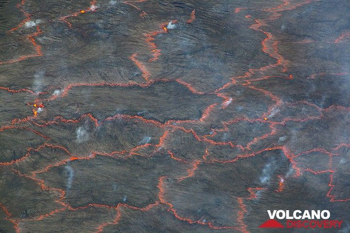 "Small amounts of volcanic gas, visible as bluish sulphur dioxide, escape from the ""plate boundaries"". (Photo: Tom Pfeiffer)"