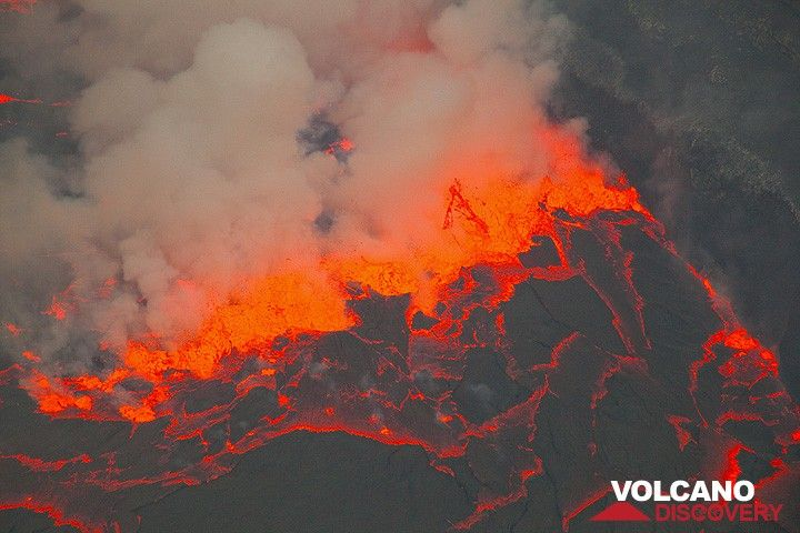 "A violently boiling ""fissure"" of lava fountains has reached the shore of the lake, forming a ca. 20 m high wall around the lava lake. (Photo: Tom Pfeiffer)"