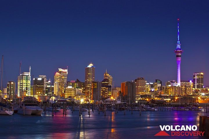 Die Skyline von Auckland und seinem Yachthafen am Abend (Photo: Tom Pfeiffer)