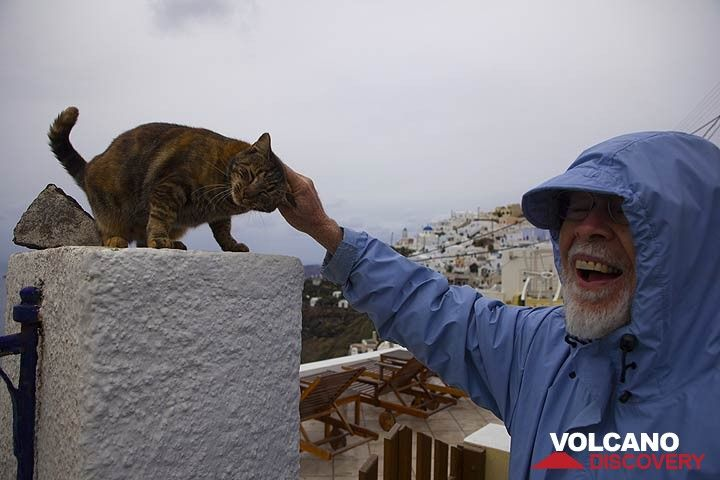 Two happy living beings meet on a cloudy day in Merovigli (Santorini)! (Photo: Tom Pfeiffer)