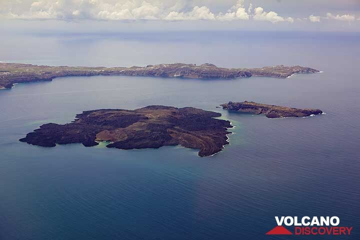 Nea Kameni (l) and Palea Kameni volcanic islands in the center of the Santorini caldera seen from the air. The Akrotiri peninsula in the background. Underwater hydrothermal springs around Nea Kameni are causing dicoloration of sea water around the island, visible in the picture. (Photo: Tom Pfeiffer)