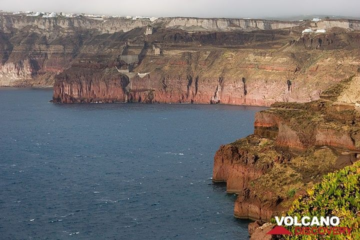 The red cladera cliffs of southern Thera after the rain (Photo: Tom Pfeiffer)