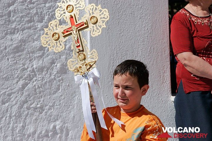 Young boy holding the cross (Photo: Tom Pfeiffer)