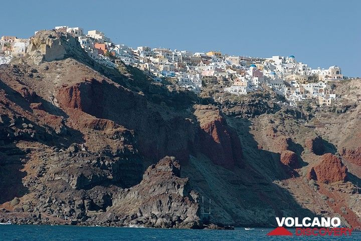 Oia town above the steep caldera cliff (Photo: Tom Pfeiffer)