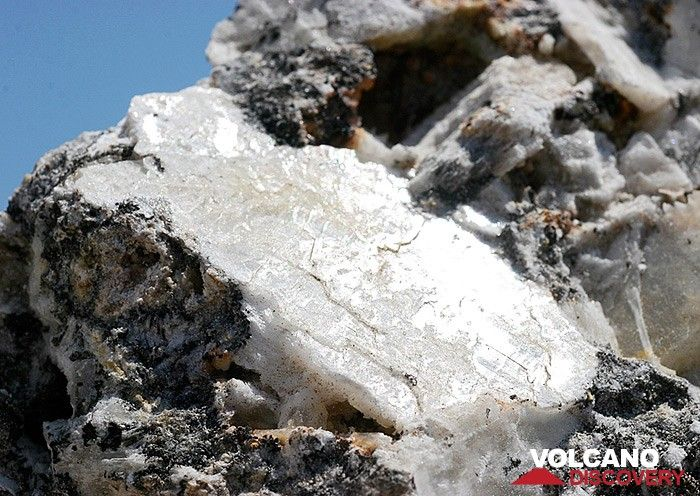 Gypsum from the quarry near Thira town. May be a part of the Messinian Salinity crisis, 5,6 million years ago. This part of the sedimentary rocks below the younger volcanics has been thrown out by a volcanic eruption. (Photo: Tobias Schorr)