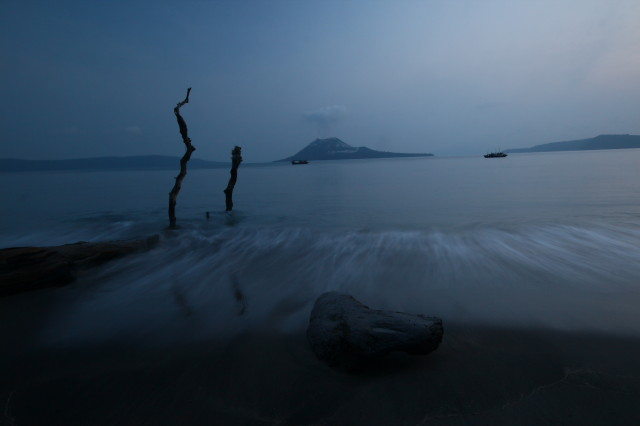 Evening at the beach of Rakata, facing Anak Krakatau volcano (Photo: Dietmar)