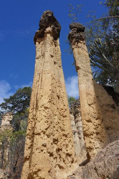 pillars crowned by volcanic rock in: Isimila Site, Iringa region, Tansania (Photo: WNomad)