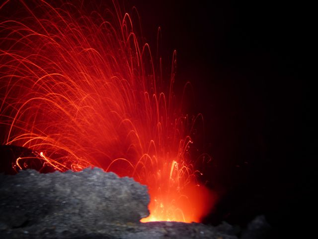 Eruption at Yasur volcano, Vanuatu (Photo: Guy Franquinet)