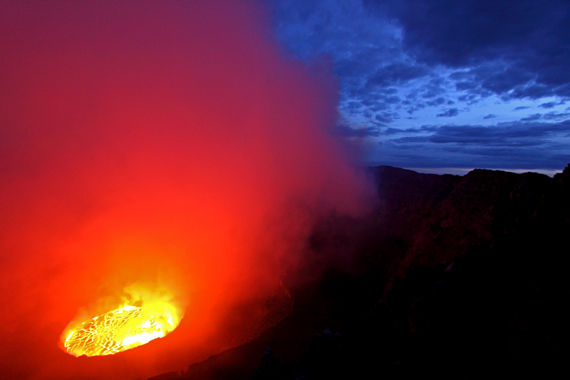 Nyirangongo lava lake in first light, VolcanoDiscovery tour January 2011 (Photo: franzburgold)
