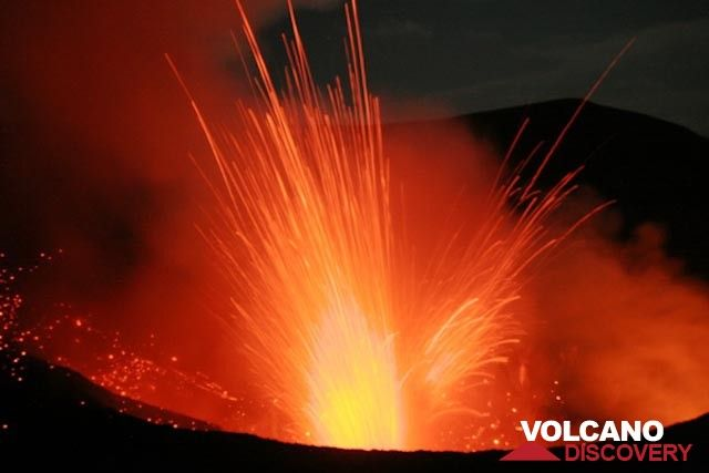 Glowing lava bombs shooting out of the crater (Photo: Yashmin Chebli)