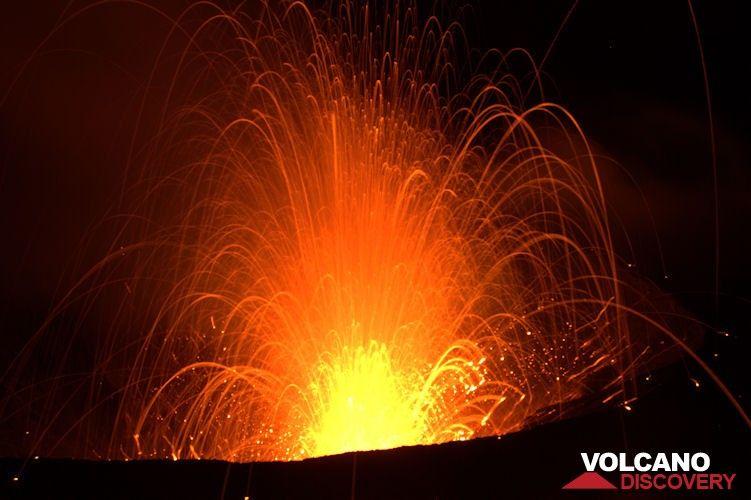 Strombolian explosion at night (Yasur volcano, Tanna Island, Vanuatu) (Photo: Yashmin Chebli)