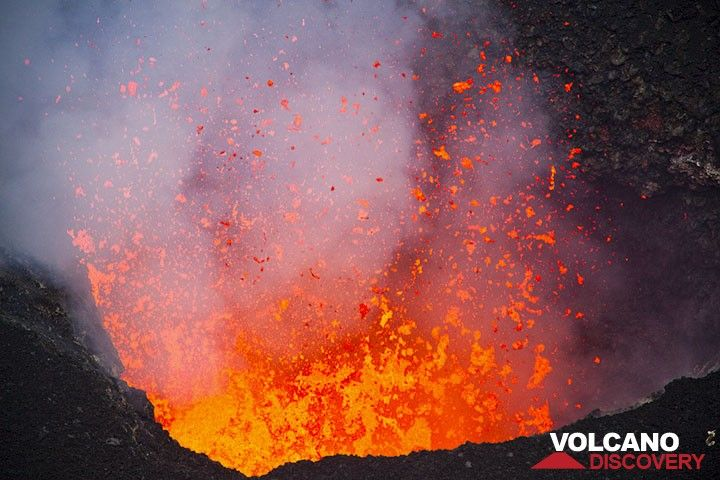 Highly fluid lava bursts from the vent. (Photo: Tom Pfeiffer)
