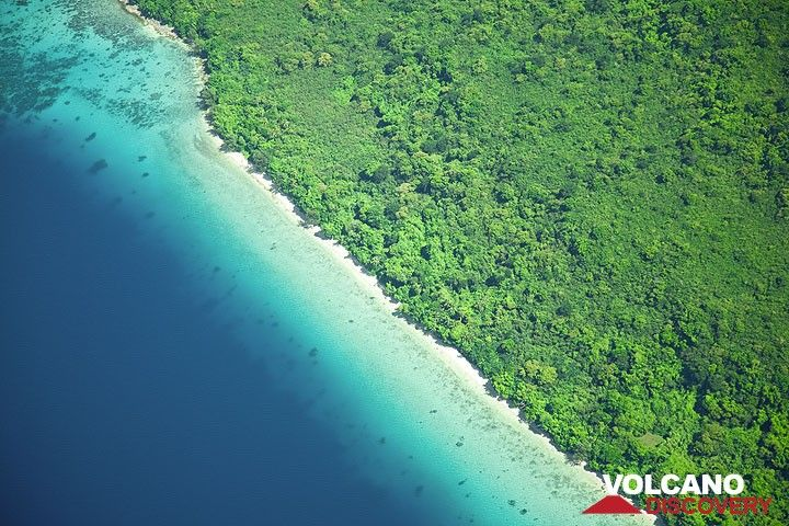 Tropical beach on Epi island seen from above (Photo: Tom Pfeiffer)