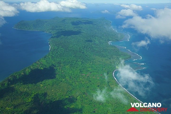 The ondulating south coast of Epi Island. (Photo: Tom Pfeiffer)