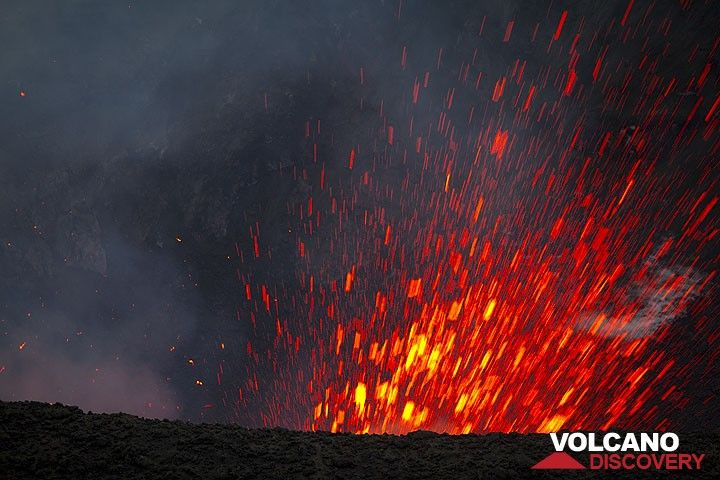 Strong explosion from Yasur volcano (Photo: Tom Pfeiffer)