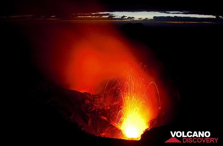 Eruption at early dawn (Photo: Tom Pfeiffer)