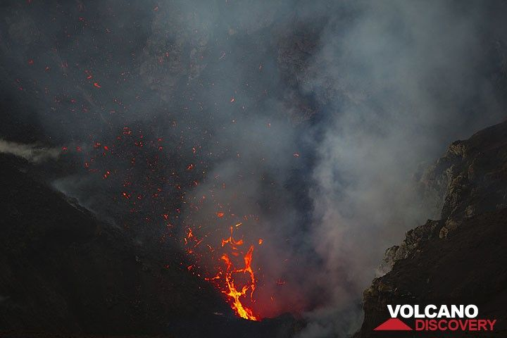 Bursting lava bubbles eject large spatter. (Photo: Tom Pfeiffer)