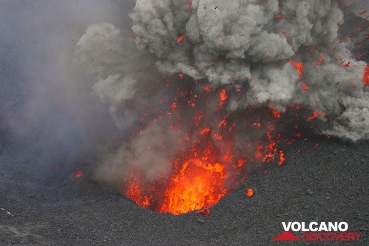Eruption d'un cratère du Yasur, Vanuatu (Photo: Yashmin Chebli)
