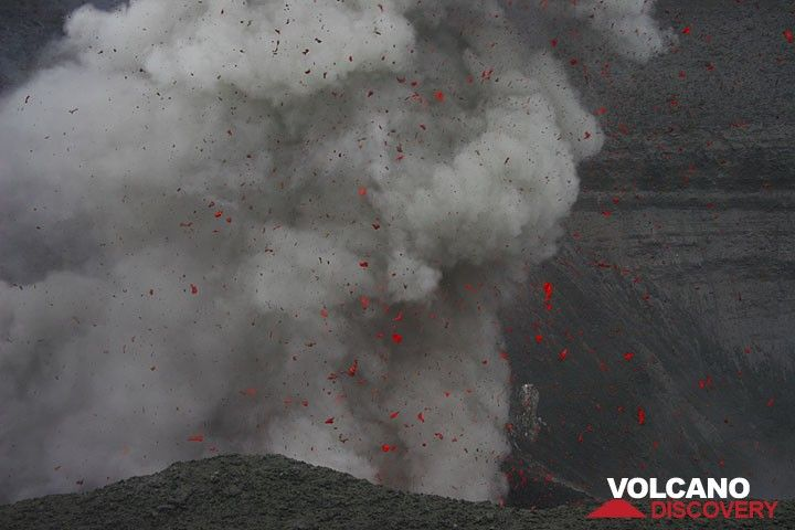 Eruption du Yasur (Vanuatu) (Photo: Yashmin Chebli)